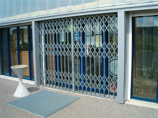 folding-security-grilles-shop-windows-77910-4596629-1-h912